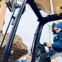 Junge Fährt Bagger - BEWEGZEIT.de EV